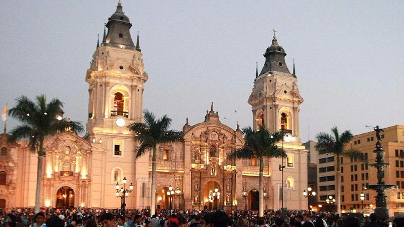 Anoitecer na Catedral de Lima