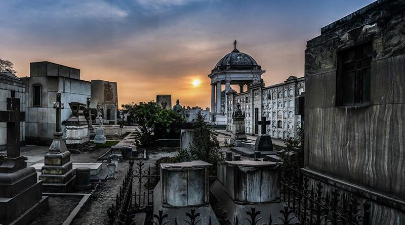 Pôr do sol no Cemitério Presbítero Maestro em Lima
