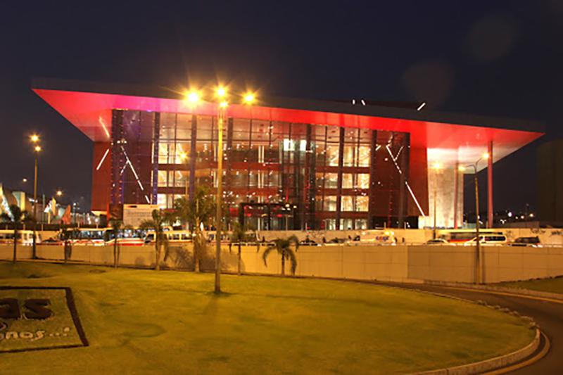 Fachada à noite do Gran Teatro Nacional em Lima