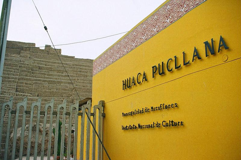Entrada da Huaca Pucllana em Lima