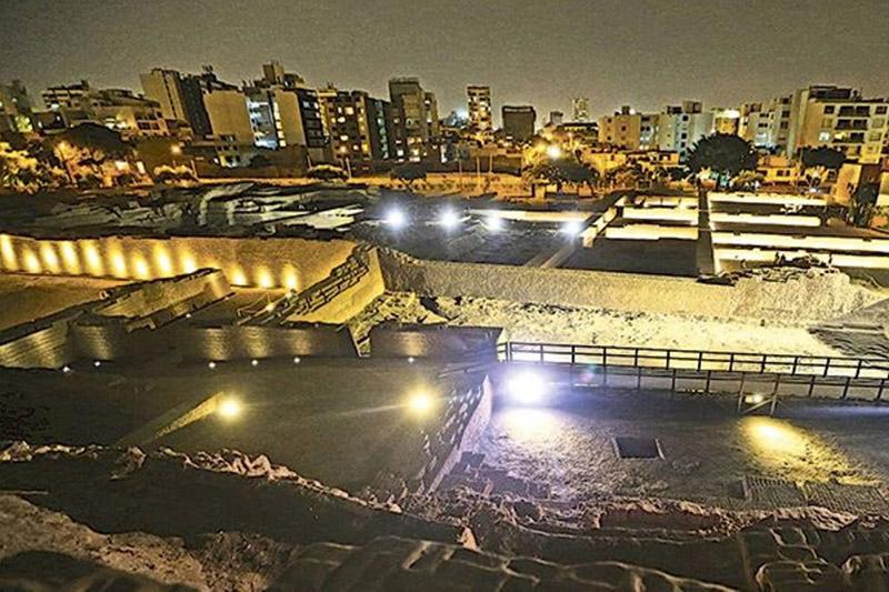 Período noturno na Huaca Pucllana em Lima