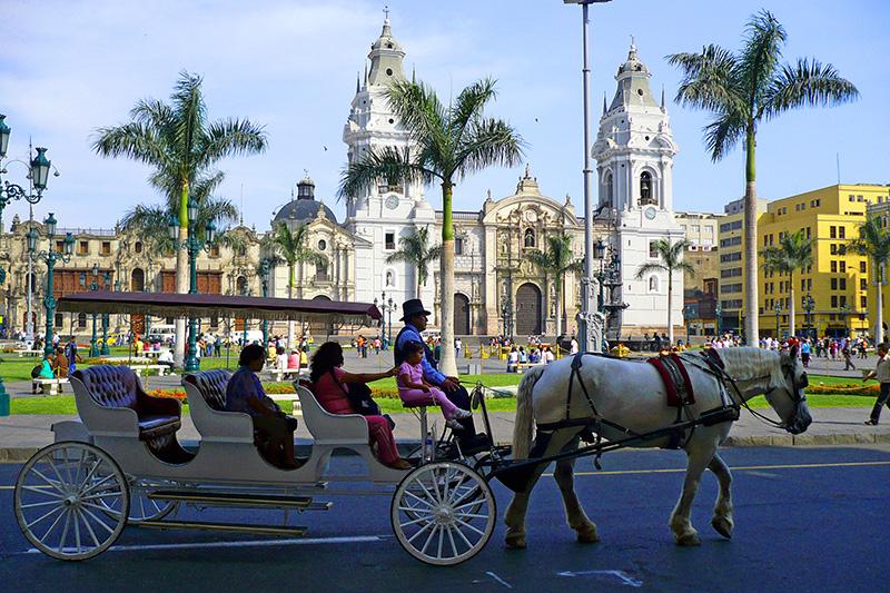 Passeio com cavalos na Plaza de Armas em Lima