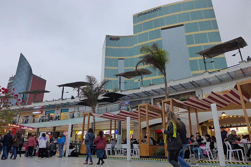 Entrada do Shopping Larcomar em Lima