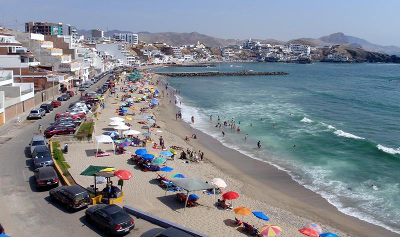 Vista aérea da Praia San Bartolo em Lima