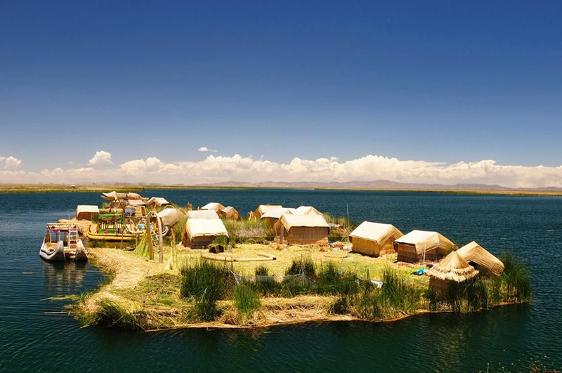 Conjunto de casas em uma das ilhas de Uros no Peru