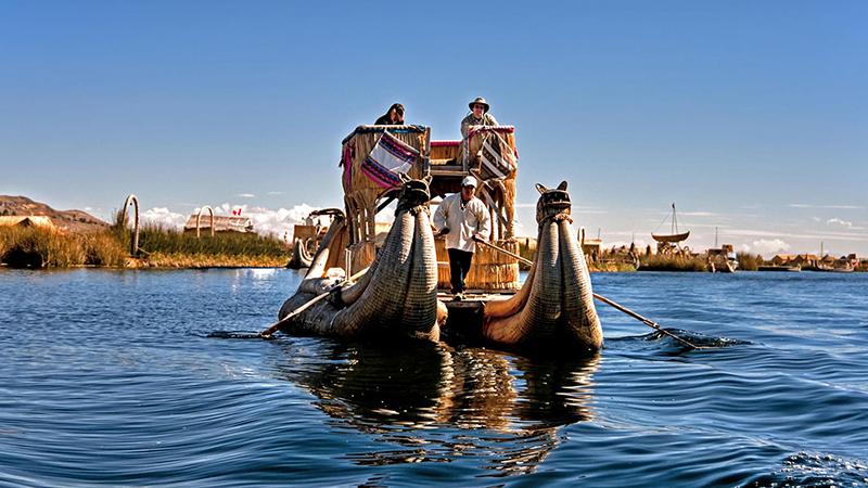 Passeio de barco pelas Ilhas de Uros no Peru